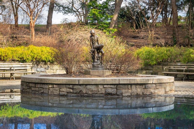 Brązowa statua ten sławna młodość, Peter Pan, przy Carl Schurz parkiem w Miasto Nowy Jork, NY, usa fotografia stock