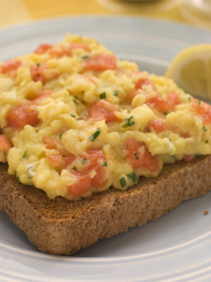 brązowe jajka łososia gramoląca się dymiąca toast fotografia stock