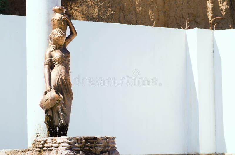 Brązowej statuy fontanny piękna dziewczyna obraz stock