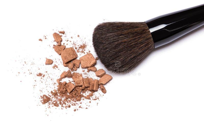 Brązowiejący proszek z makeup szczotkuje na białym tle zdjęcie stock