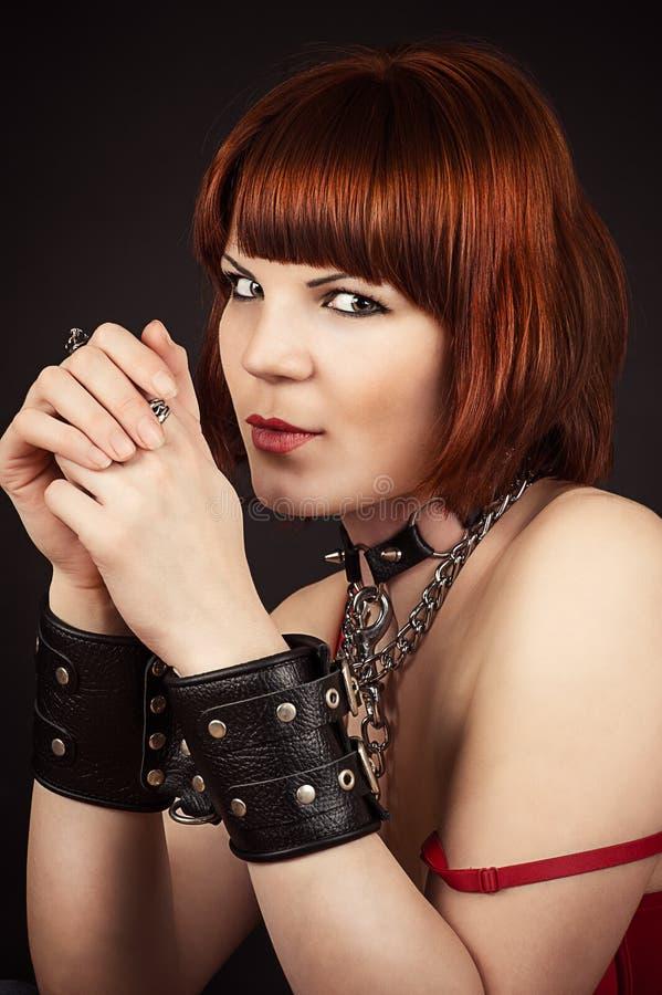 Brązowowłosa kobieta w kajdankach obraz royalty free