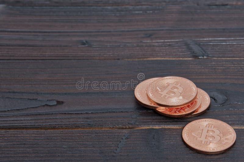Brązowy Bitcoins na stole zdjęcie royalty free