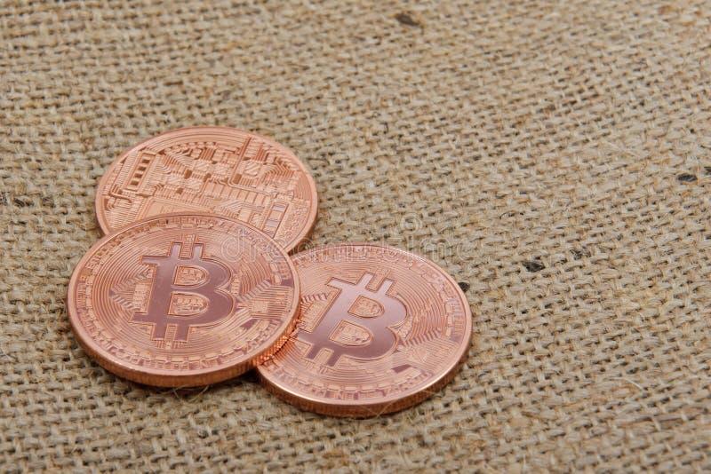 Brązowy Bitcoins na workowym płótnie fotografia royalty free