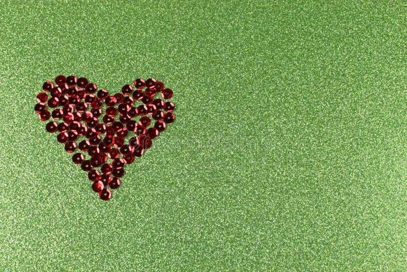Brązowy cekinu serce na migocącym zielonym tle fotografia royalty free