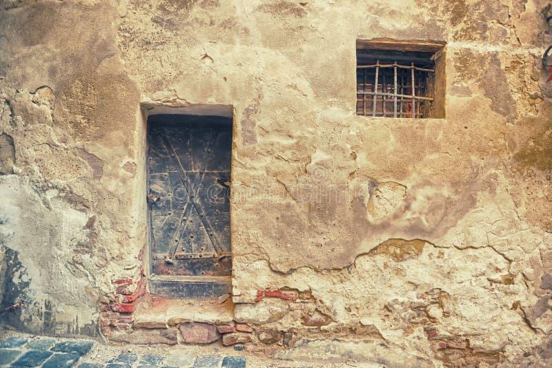 Brązowy drzwi i mali okno zdjęcia stock