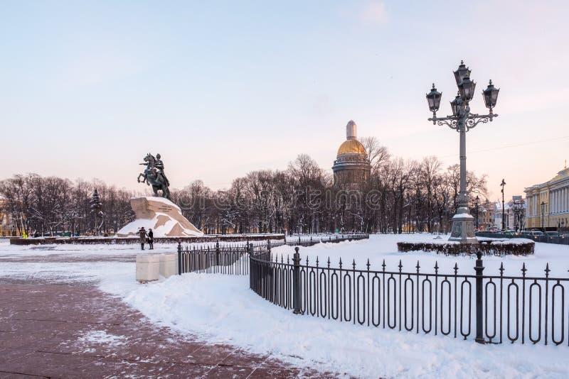 Brązowy jeździec; Zabytek Peter Wielki; na Senackim kwadracie w St Petersburg w zimie fotografia royalty free