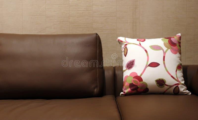 brązowy kanapy wnętrzy skóry domowa kwiecista poduszki fotografia stock