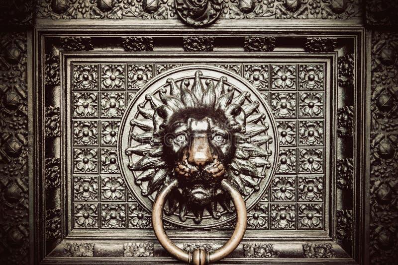 Brązowy knocker z lew głową fotografia royalty free