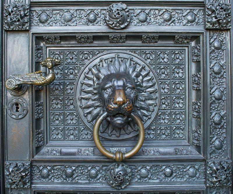 Brązowy knocker z lew głową przy bramą Kolońska katedra obrazy royalty free