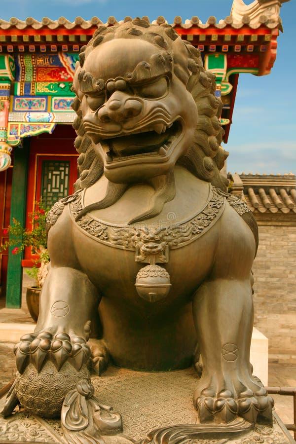 Brązowy lew, syn smok chroni wejście pałac ogród pokój i harmonia porcelana beijing zdjęcia stock