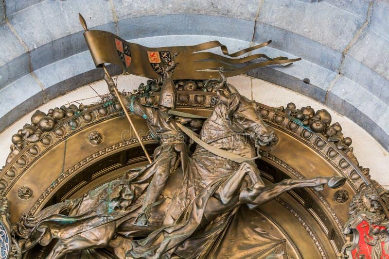 Brązowy posąg krzyżowcy na koniu z flagą w Brukseli, Belgia zdjęcie stock