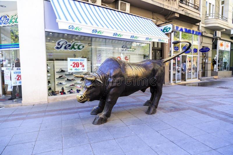 Brązowy zabytek Duży byk w Skopje, Macedonia obraz stock