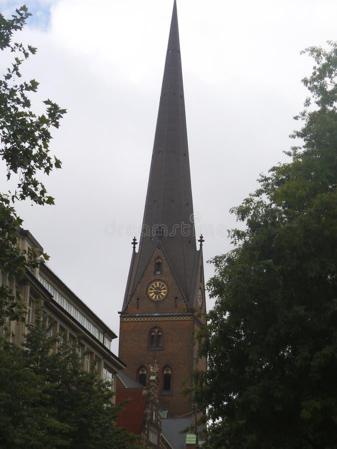 Brązu kościelny wierza z czarnym dachem w Hamburg fotografia royalty free