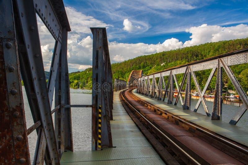 Br?cke der eingleisigen Eisenbahn ?ber dem die Moldau-Fluss stockfotos