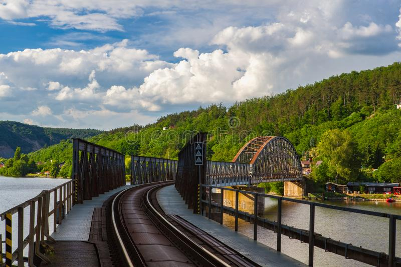Br?cke der eingleisigen Eisenbahn ?ber dem die Moldau-Fluss stockbilder