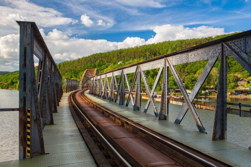 Br?cke der eingleisigen Eisenbahn ?ber dem die Moldau-Fluss lizenzfreies stockfoto