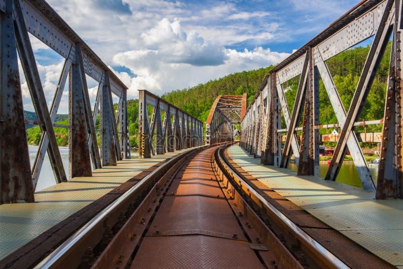 Br?cke der eingleisigen Eisenbahn ?ber dem die Moldau-Fluss lizenzfreie stockfotos