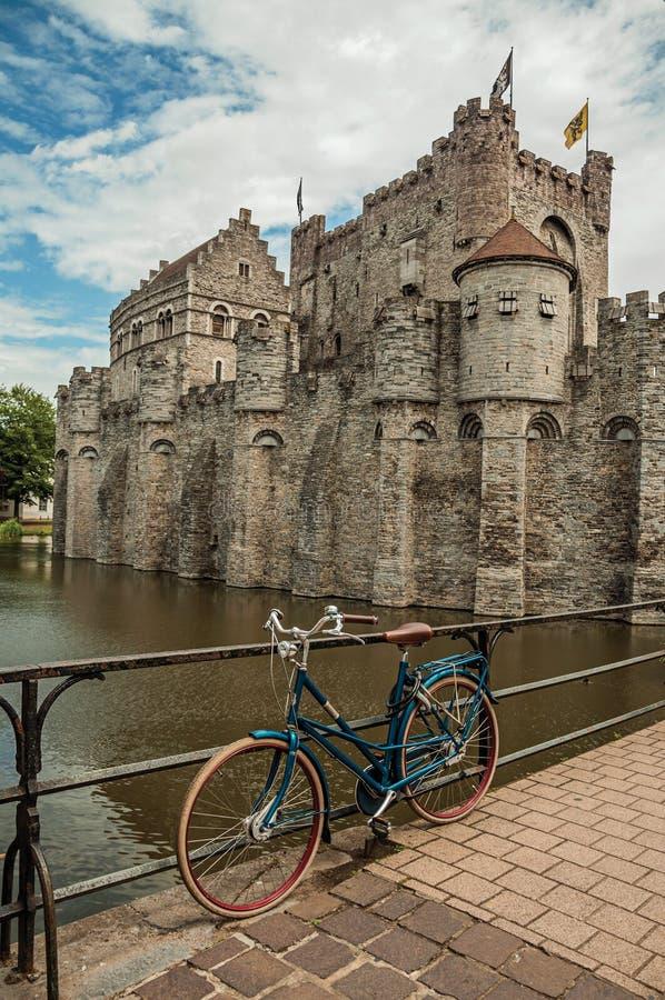 Br?cke und Fahrrad vor Gravensteen ziehen sich in Gent zur?ck stockfoto
