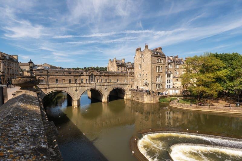 Br?cke und Wehr Pulteney auf dem Fluss Avon in der historischen Stadt des Bades in Somerset, England lizenzfreie stockfotos