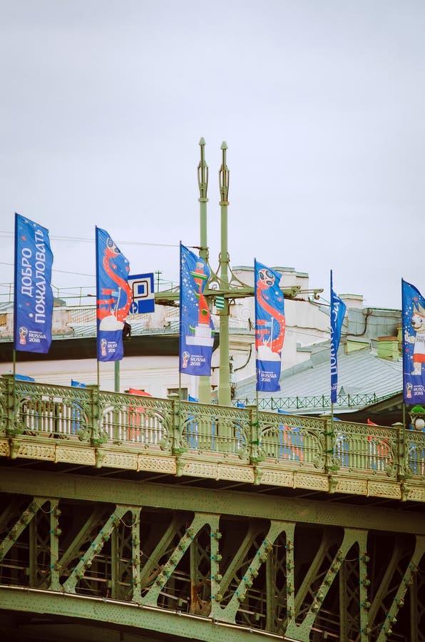 Br?cke, verziert mit Flaggen zu Ehren der Meisterschaft in St- Petersburgfu?ball lizenzfreie stockfotografie