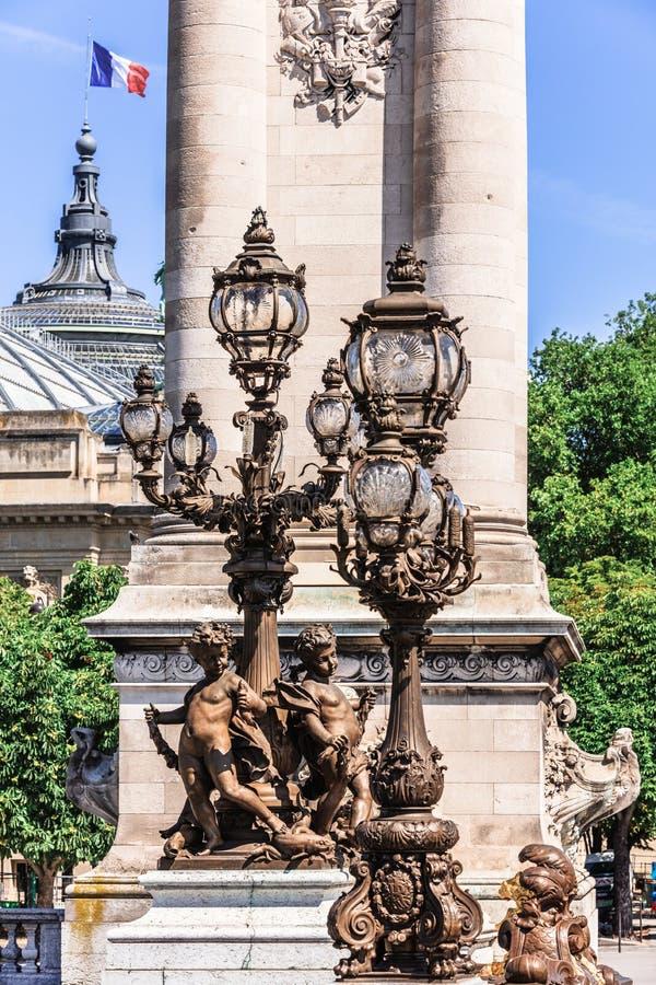 Br?ckendetails Pont Alexandre III und gro?artiges Palais Paris, Frankreich lizenzfreie stockfotos