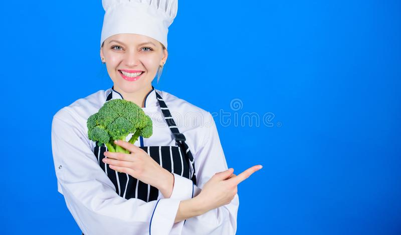 Br?culi del control del cocinero de la mujer que se?ala en el espacio de la copia Recetas vegetarianas sanas Los hechos del br?cu foto de archivo