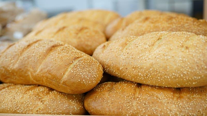 Br?d i marknad Nytt bröd på tabellnärbild på köksbordet sunt äta och det traditionella bageribegreppet arkivfoton