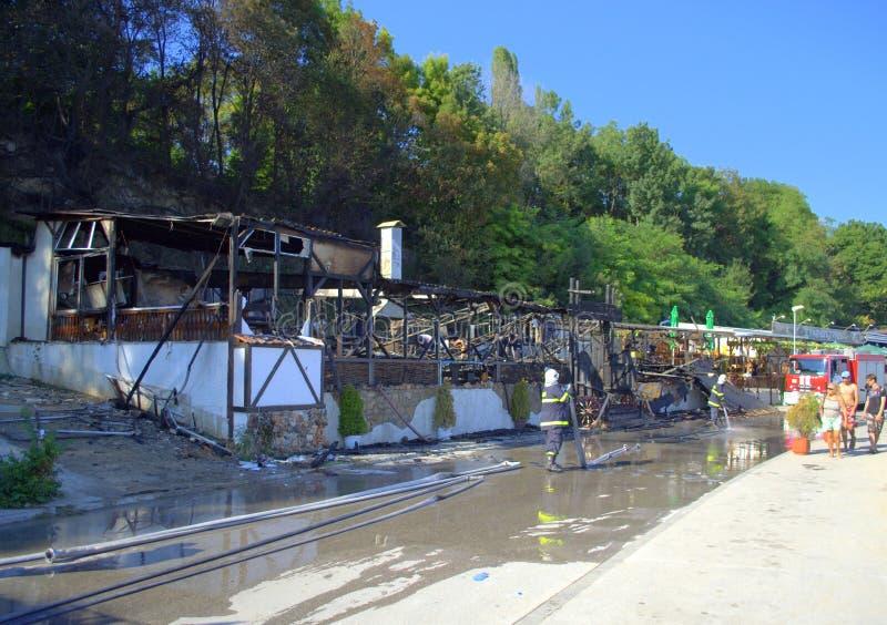 Brûlé en bas du restaurant et des sapeurs-pompiers photographie stock
