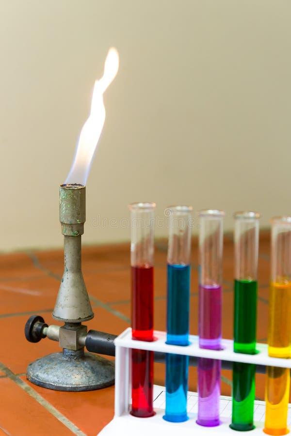 Brûleur à gaz avec les tubes à essai colorés image stock