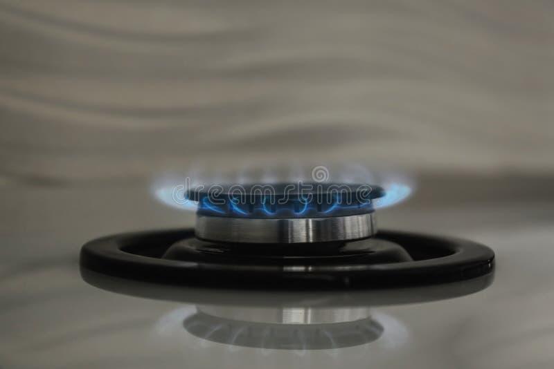 Br?leur ? gaz avec la flamme bleue sur le fourneau moderne, plan rapproch? photographie stock libre de droits