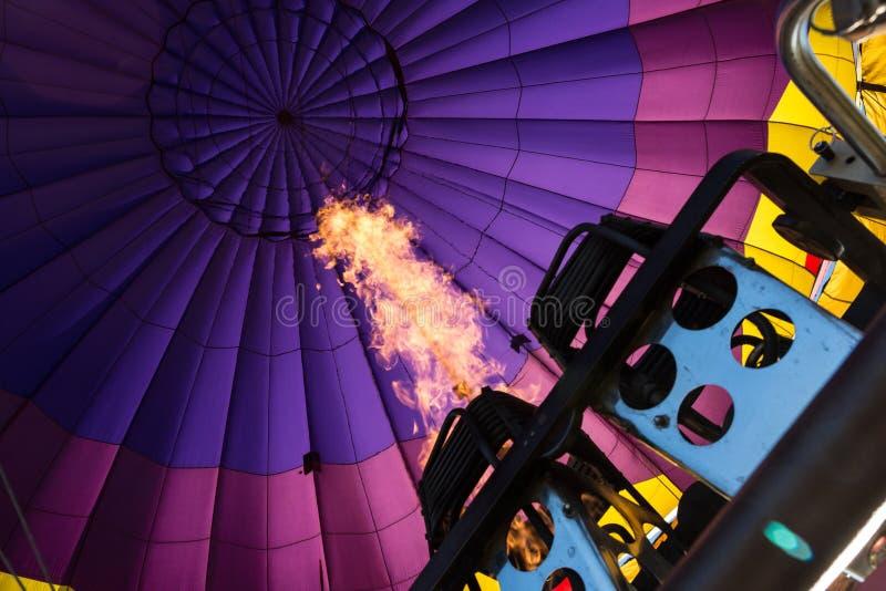 Brûleurs remplissant vers le haut d'un ballon à air chaud photos stock