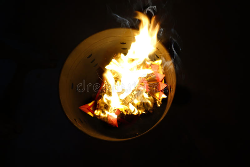 Brûlez le papier d'argent et d'or pour des ancêtres - disparus photos libres de droits