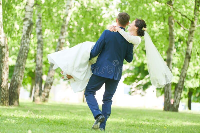 br?llop brudgum- eller fianceståenden med bruden parkerar in arkivfoto