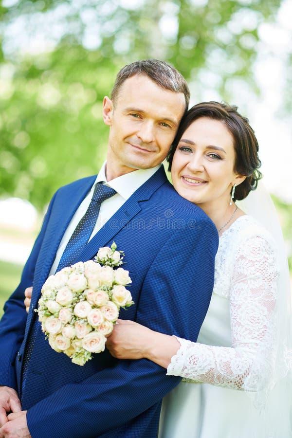 br?llop brudgum- eller fianceståenden med bruden parkerar in royaltyfri bild