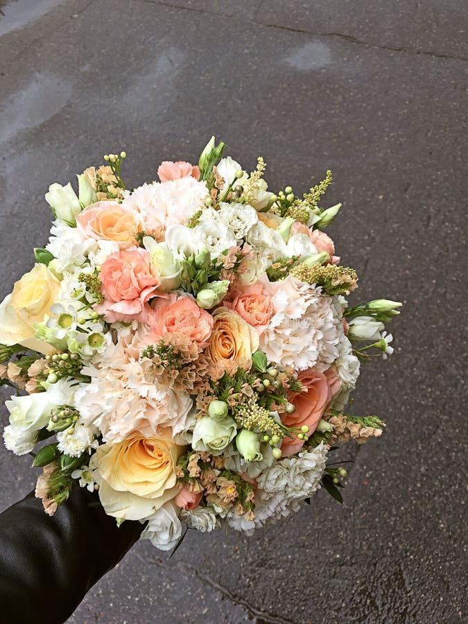 Br?llopbukett av nya blommor Ljus gifta sig bukett av orange sommarblommor och vita rosor, chamelaucium, dianthus, eustoma royaltyfri bild