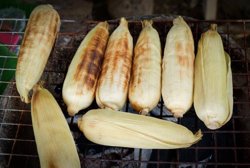 Brûlure de maïs de gril de maïs images stock