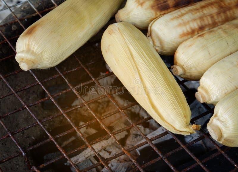 Brûlure de maïs de gril de maïs photo stock