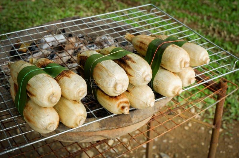 Brûlure de maïs de gril de maïs photos stock