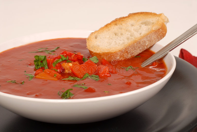 br miski basila peppera strony pomidorowy czerwonym zupa widok zdjęcia stock