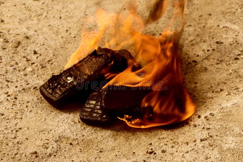 Br?nda mobiltelefoner p? textural konkret bakgrund Begrepp: Fara av att anv?nda l?g-kvalitet mobiltelefoner arkivbild