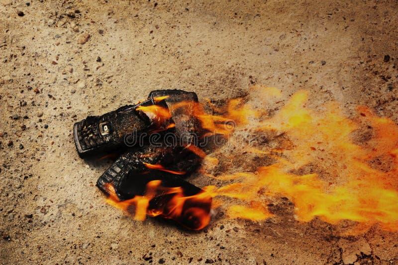 Br?nda mobiltelefoner p? textural konkret bakgrund Begrepp: Fara av att anv?nda l?g-kvalitet mobiltelefoner arkivfoton