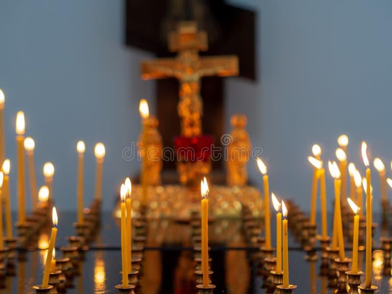 Br?nnande kyrkliga stearinljus p? en ljusstake royaltyfri foto