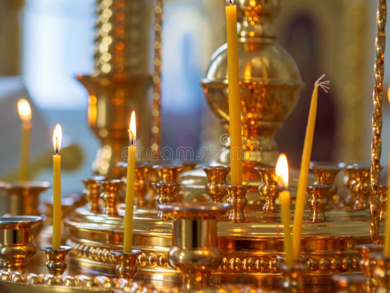 Br?nnande kyrkliga stearinljus p? en ljusstake fotografering för bildbyråer