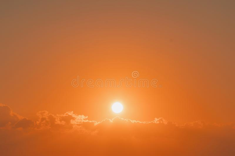 Br?nnhet orange solnedg?nghimmel H?rlig sky stark soluppgång med silverfoder och moln på den orange himlen arkivbild