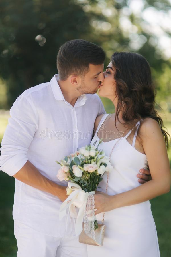 Br?utigam und Braut in ihrem Hochzeitstag gehend in den Park Jungverm?hlten verbringen Zeit zusammen Gerade geheiratet stockbilder
