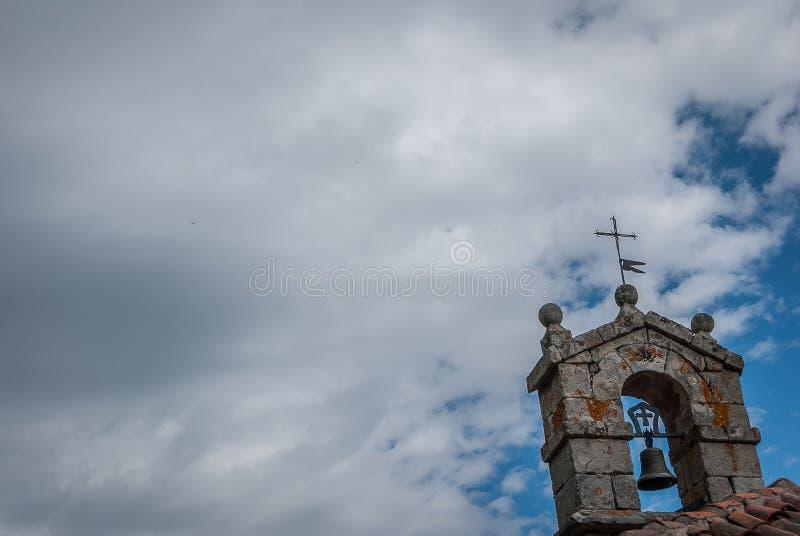 Brañosera偏僻寺院的钟楼在丰特斯Carrionas国立公园 帕伦西亚 库存照片