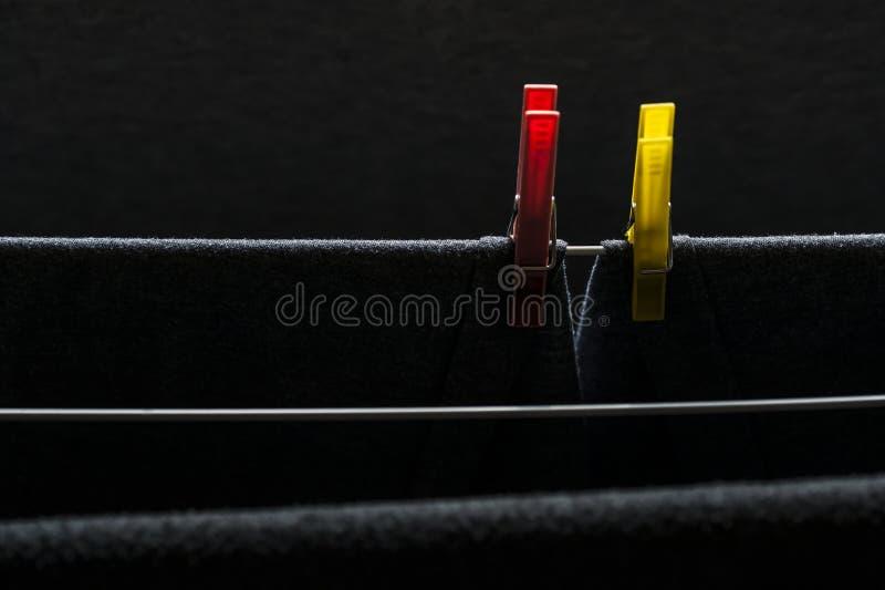 Braçadeira pastic de suspensão que guarda a roupa fotografia de stock royalty free