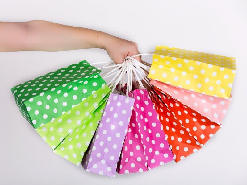 Braço com sacos de compras imagem de stock royalty free