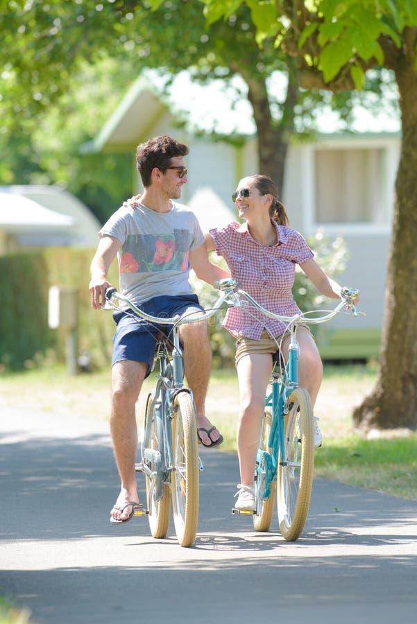 Braço do ciclismo dos pares no braço fotos de stock royalty free