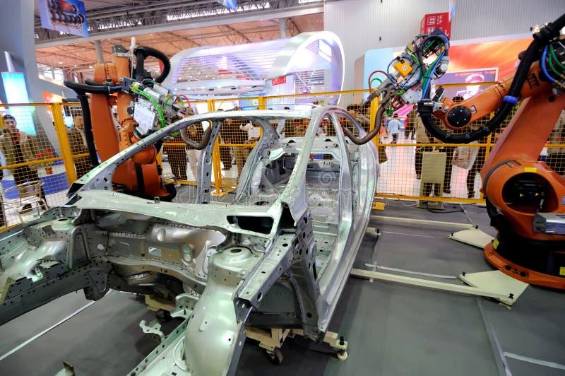 Braço do robô usado na construção do carro imagens de stock royalty free